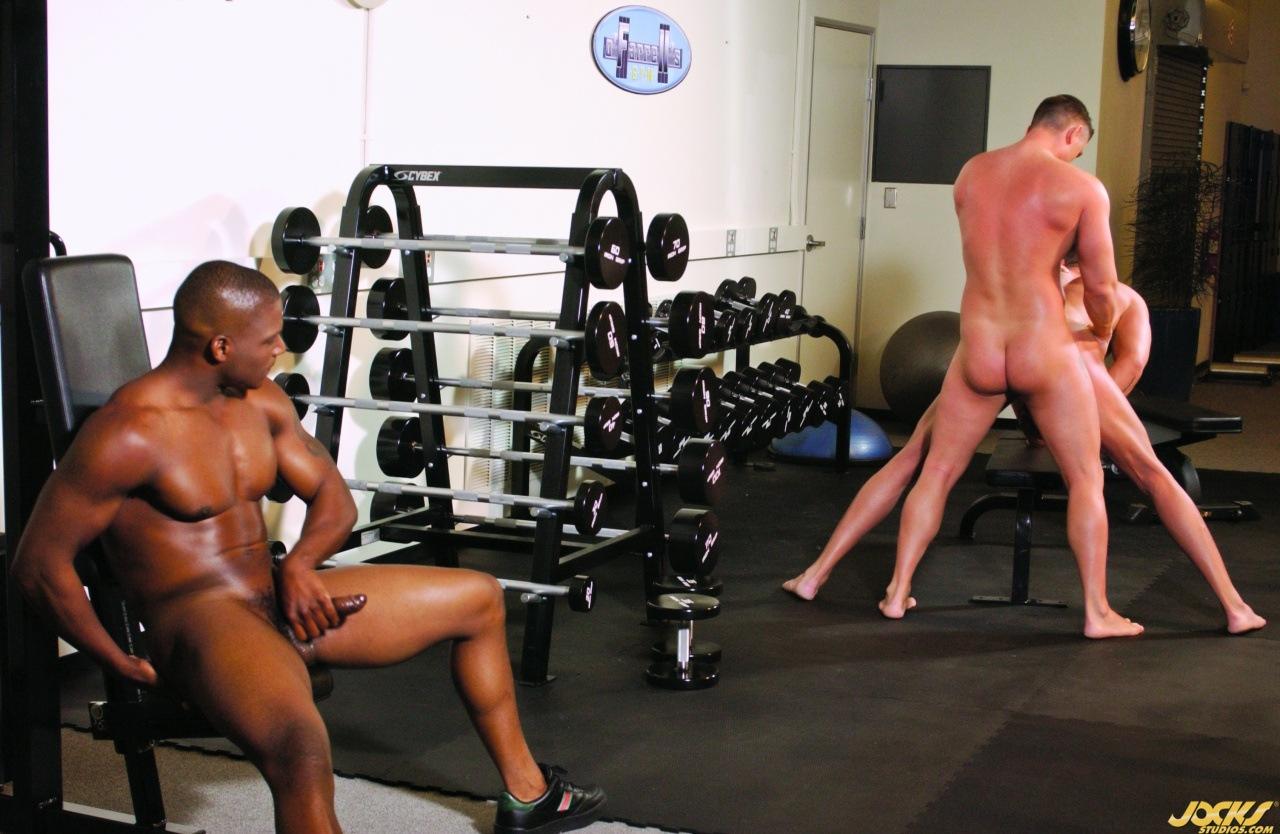 геи боксеры трахаются в спортзале